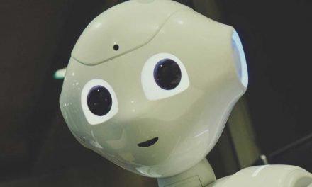 Un couple se marie devant un prêtre robot au Japon